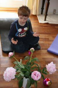 Barn ved Mindfulness hold